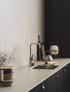 Minimal Scandinavian Kitchen in Natural Tones – NordicDesign Cuisine scandinave minimale dans des tons naturels – NordicDesign Kitchen Worktop, Kitchen Taps, Kitchen Dining, Black Kitchens, Home Kitchens, Pella Hedeby, Turbulence Deco, Wooden Dining Chairs, Scandinavian Kitchen