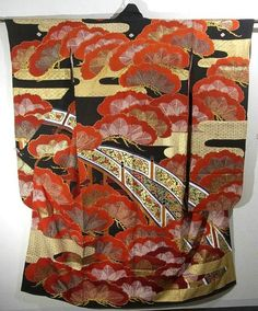 This gorgeous vintage Furisode has matsu(pine tree), flower arabesque of bridge pattern, which is dynamically dyed.