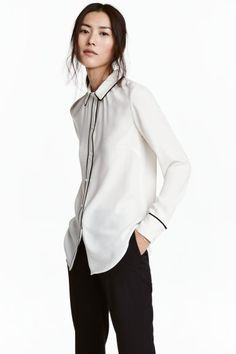 Long-sleeved blouse: Long-sleeved blouse in woven fabric with covered buttons at the cuffs and a gently rounded hem. Contrasting colour trim around the collar, cuffs and button band.