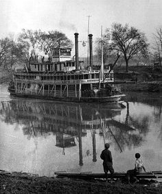 The river boat Bowling Green on the Green River, My Grandfather was a river boat Captain. Steam Boats, Sacramento River, Paddle Boat, Old Boats, Green River, Ohio River, Power Boats, Boat Plans, Model Ships