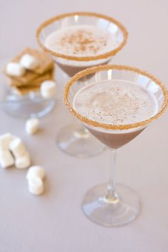 Make your chocolate cocktails sing and hot chocolate delicious with Dell Cove Spice Co.'s toasted marshmallow flavored cocktail rim sugar! We start with organic sugar and blend it with marshmallow extract and other ingredients, to create a decadent treat for your glass rim. Great for a s'mores theme signature drink or to sweeten up your coffee bar. By Dell Cove Spice Co. in Chicago, Illinois.