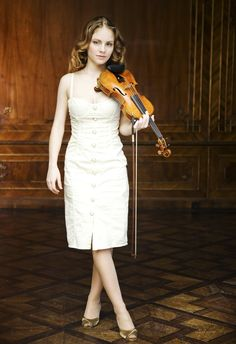 Julia Fischer http://tipsforclassicalmusicians.com/2010/05/20/10-famous-violinists-alive-in-the-classical-music-world/