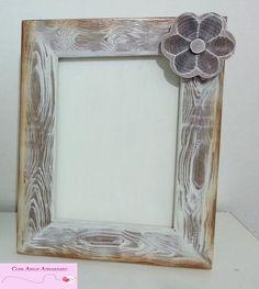 Porta Retrato Rústico porta retrato em mdf com pintura imitando madeira e flor de madeira.
