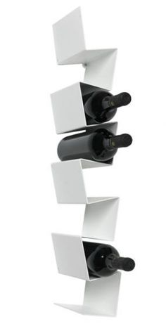Morfo :: ZIIGZAAG vinreol WHITE. Unik dansk design vinreol. Den dynamiske reol passer til 8 flasker vin. Er nem at placere pga det smalle design. Har du plads til flere, er det bare endnu mere cool. Fås også i sort.