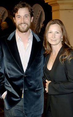Noah wyle dating 2012