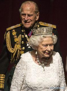 Необычные правила королевской семьи  -   Принц Филипп не может идти рядом со своей венценосной супругой. Он всегда на два шага позади. Во время официальных церемоний члены королевской семьи идут (и рассаживаются) в соответствии со строгим порядком: вначале Елизавета с супругом герцогом Эдинбургским, затем принц Чарльз с герцогиней Корнуоллской Камиллой, потом принц Уильям с герцогиней Кембриджской и так далее.