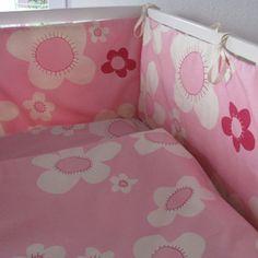 Nestchen fürs Babybett aus ökologischer Baumwolle mit dezentem Blumenmuster in Rosa von ingegerd - made in Germany. #babybettwäsche #nestchen #baby #ökologisch #bio