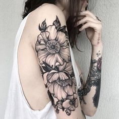 Tattoos on back Tattoo Motive Arm, Arm Tattoo, Dot Work Tattoo, Piercing Tattoo, Future Tattoos, Love Tattoos, Beautiful Tattoos, Tattoos For Guys, Shoulder Tattoos For Women