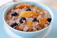 Crock Pot Peach & Blueberry Oatmeal Back to school time is here. What yummier thing to wake up to in the morning than this delicious bow … Peach Oatmeal, Blueberry Oatmeal, Crockpot Recipes, Cooking Recipes, Healthy Recipes, Healthy Breakfasts, Healthy Foods, Overnight Oatmeal, Crock Pot Cooking