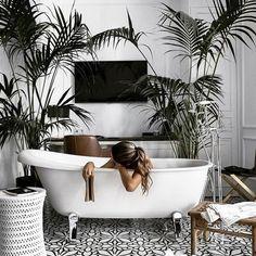 Interior design | Bathroom | Plants | Bath | Home decor | Inspo | More on fashionchick.nl #ContemporaryInteriorDesignkitchen