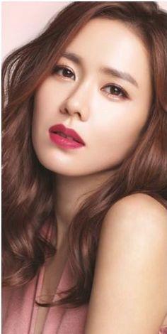 10 Simple Makeup Tutorials That Make Your Face Younger Korean Beauty Girls, Korean Women, Korean Girl, Asian Beauty, Asian Girl, Beautiful Lips, Beautiful Asian Women, Singer Fashion, Korean Star