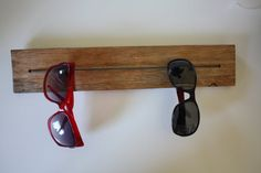 Spectacle sit-off made of wood Teak Oil, Diy Holz, Rubber Bands, Made Of Wood, Medium Brown, Organizer, Bottle Opener, Two By Two, Diy Projects