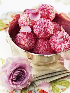 Rose truffles - Food and Drinks Ideas Praline Chocolate, Chocolate Art, Chocolate Truffles, Homemade Chocolate, Christmas Appetizers, Holiday Desserts, Candy Recipes, Sweet Recipes, Fudge