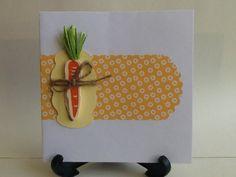 Biglietto per Pasqua con carta di Tiger, interno giallo della scatola dell'Erbolario, carota di legno (Opitec)