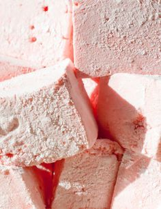 Pastel Marshmallows recipe using any flavor jello Homemade marshmallows are the best. Use Jello for a quick and easy way to flavor, Jello Recipes, Candy Recipes, Sweet Recipes, Dessert Recipes, Dessert Salads, Fudge Recipes, Flavored Marshmallows, Recipes With Marshmallows, Gourmet