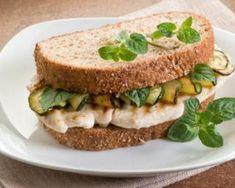 Sandwich aux courgettes, tzatziki, dinde et dés de brebis : http://www.fourchette-et-bikini.fr/recettes/recettes-minceur/sandwich-aux-courgettes-tzatziki-dinde-et-des-de-brebis.html
