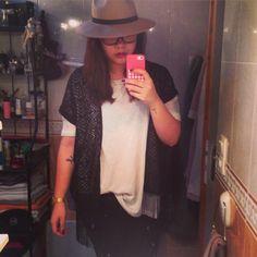 Look  Pour de travail au bureau alors qu'il pleut  Chapeau :Primark  Tee shirt loose : H&M  Gilet : Petit boutique Sur la rochelle  Pantalon noir basique  Montre:casio  RAL : kiko prune