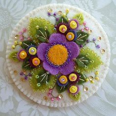 Иногда складывается впечатление, что сердца многих мастеров просто искрятся добротой и счастьем — сколько же в их работах красоты! Например, я подозреваю, что Paulette Racanelli из Лонг-Айленда (США), — настоящая волшебница. Она успевает все: разводить цветы в саду (включая и первоцветы, и азалии, и розы — непостижимый сад!), вязать уютные, милые салфетки и свитера, шить текстиль в лоскутной технике, вышивать, мастерить игрушки из валяной шерсти.