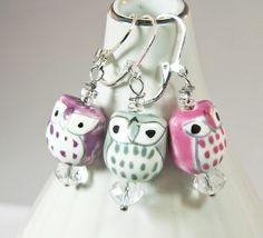 *Ohrringe Eule Porzellan Glasperlen*    Diese Ohrringe sind ein süßer Blickefänger.    Du kannst zwischen folgenden Farben wählen:    rosa/pink, lila/Beere, grau