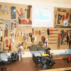Panneau perforé bois crochets - Rangement outils Pot A Crayon, Crochet, Fibre, Solution, Products, Storage, Different Shapes, Tools, Paint Brushes