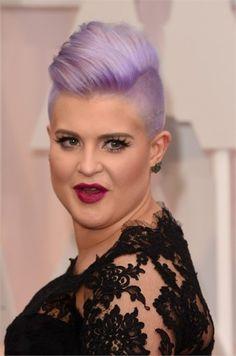 Kelly Osbourne taglio punk lilla e rossetto fucsia scuro