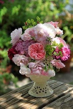 Roses : Cardinal de Richelieu, Fantin Latour, Duchesse de Montebello, Blush Noisette, Bossa Nova, The Fairy  + alchemille mollis  achillea millefolium Tutti Frutti  crucianella