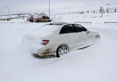 KAR HER YERDE!Yoğun kar yağışı ve tipi nedeniyle Konya'nın Ankara, Antalya, Afyonkarahisar, Isparta ve Aksaray ile karayolu ulaşımı kesildi. Karayolları ekipleri, yol açma çalışmalarını güç şartlarda sürdürüyor. AA muhabirinin Konya Valiliği ile Karayolları 3. Bölge Müdürlüğünden aldığı bilgiye göre, Konya ve çevresinde soğuk hava ile beraber etkili olan şiddetli tipi, günlük yaşamı ve şehirler arası ulaşımı olumsuz etkiliyor.