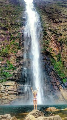 A incrível queda da Cachoeira Casca D'Anta, Serra da Canastra - MG Places To Travel, Places To See, Cool Pictures, Beautiful Pictures, Waterfall Trail, Sun And Water, Foto Pose, Beautiful Waterfalls, Amazing Nature