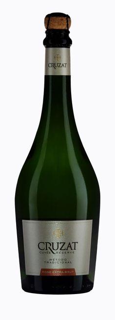 CRUZAT CUVÉE RESERVE ROSÉ EXTRA BRUT  Corte: 90% Pinot Noir 10% Chardonnay  Método: Tradicional  Tiempo en borras: 24 meses  Notas de cata: Sutil y atractivo color salmón, en nariz predominan los frutos rojos, tropicales y pan tostado.  Voluminoso y distinguido; con taninos livianos y elegantes. El balance de acidez dado por el pequeño porcentaje de Chardonnay, aporta frescura en boca. Acompaña pastas con salsas intensas y consistentes, carnes rojas, de caza como Liebre, Jabalí y postres…