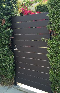 10 Awesome Modern Horizontal Fence Ideas That Value Of Money – decoratoo - Zaun Side Gates, Entry Gates, Front Gates, Front Doors, Backyard Gates, Backyard Landscaping, Driveway Gate, Outdoor Gates, Landscaping Edging