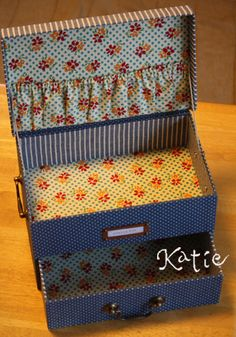 cartonnage sewing box -perhaps I could repurpose a stationery box? Diy Crafts Vintage, Diy Arts And Crafts, Fun Crafts, Sewing Box, Sewing Tools, Cadeau Surprise, Creative Box, Fabric Boxes, Doll Beds
