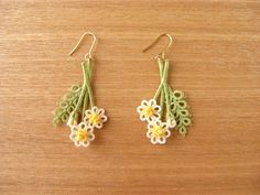 *カモミールのピアス* Tatted Flower Earrings with stems, bud, and leaf #tatting #flower…