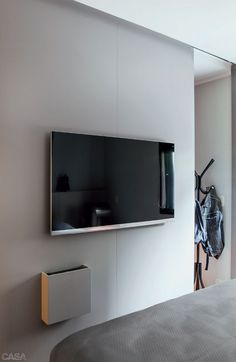 Fixada no painel da sala, esta caixinha esconde o equipamento da TV a cabo