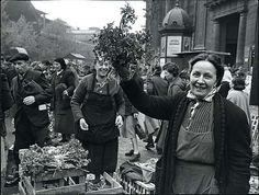 What Les Halles used to be. Herb sellers at Les Halles, Paris - circa 1950 Robert Doisneau, Photography Lessons, Street Photography, Les Halles Paris, Willy Ronis, Photo Portrait, Photo Images, Old Paris, French Photographers