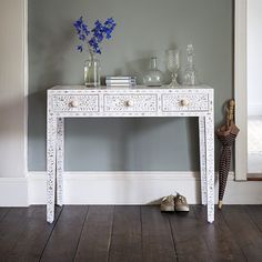 Classic Mother of Pearl Console Table in Pearly White Table Desk, Table Furniture, Console Table, Furniture Design, Classic Dressing Tables, Dresser With Mirror, Open Plan Living, Traditional Design, Entryway Tables