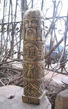 Idol in ancient Russian/Siberian style. Vikings, Pagan Art, Wood Carving Patterns, Viking Art, Asatru, Norse Mythology, Bone Carving, Russian Art, Dark Ages