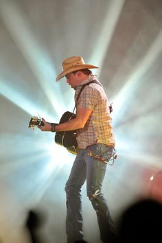Country music star Jason Aldean performs Friday, February 17, 2012, at the Xcel Energy Center in St. Paul. (Pioneer Press: John Autey)