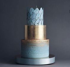 Blue and gold cake with pears