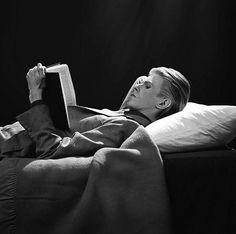 David Bowie 1975 by Tom Kelley. I like reading too. David knows. David Bowie, Michael Chabon, James Baldwin, Jack Kerouac, John Kennedy, George Orwell, Vladimir Nabokov, Scott Fitzgerald, David Jones