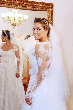 perfeita. Vestido de noiva com renda manga comprida. Tiara de noiva. Penteado de noiva preso. Make de noiva