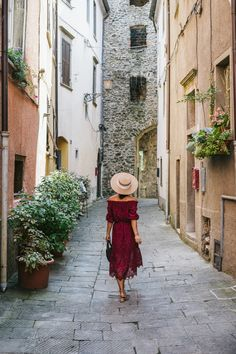 Where the French love uniforms and rules -- the Italians throw out the rulebook completely, opting instead to just have fun. Womens Style how to dress like an italian Italian Women Style, Italian Chic, Italian Girls, Italian Style Fashion, Italian Summer Fashion, Italian Street, Spring Look, Italian Outfits, Italian Clothing