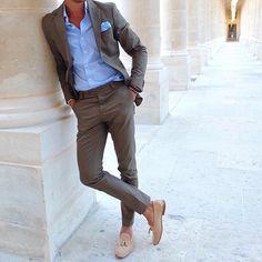 Tolle Kombination aus sehr schlank geschnittenem, hellgrauen Einreiher, türkisblauem Hemd und passendem Pochette. Über die Schuhe kann man streiten ... Besser wären vielleicht dunkelblaue Glattlederloafer und ein farblich passender Gürtel.