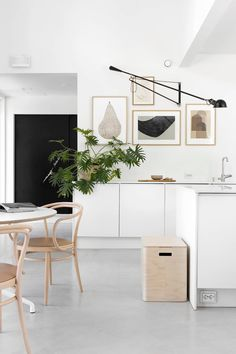 These minimalist kitchen ideas are equal parts tranquil and also fashionable. Locate the finest ideas for your minimalist design kitchen that matches your taste. Browse for amazing images of minimalist design kitchen for ideas. Home Interior, Interior Design Kitchen, Interior Styling, Kitchen Decor, Skandi Kitchen, Kitchen Ideas, Scandinavian Kitchen, Scandinavian Style, Modern Scandinavian Interior