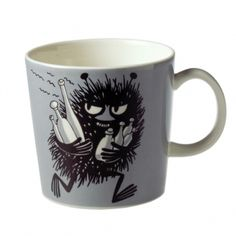 This grey Moomin mug by Arabia from 2001 features Stinky running with bottles he has just swiped. It's beautifully illustrated by Arabia artist Tove Slotte and the illustration can be seen in the fourth original Moomin comic book. Moomin Shop, Moomin Mugs, Tove Jansson, Les Moomins, Grey Mugs, Moomin Valley, Chocolate Caliente, Porcelain Mugs, Mug Designs