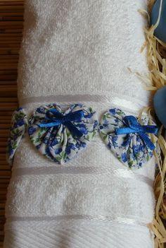 Esta linda toalha de rosto com fuxicos em formato de coração é uma excelente opção para presentear as vovós, madrinhas, no dia das mães.    A tolha é de excelente qualidade e pode ser branca ou colorida, conforme desejo do cliente.    Os fuxicos são em formato de coração com tecido estampado na tonalidade desejada pelo cliente.    Temos um lindo kit de banho com esta tolha e sabonetes, veja aqui na lojinha. R$ 18,00