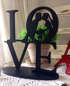 Topo de Bolo Love - Silhueta Casal com Buquê. <br> <br>Este topo traz todo o romantismo do casal na decoração do bolo, seja na festa de casamento, no chá da noiva e até mesmo na decoração de sua casa. <br> <br>Peça recortada em MDF de 9mm de espessura, medindo 20 cm de comprimento por 21 cm de altura . <br>A base tem 20 cm de comprimento por 8 cm de largura. <br> <br>Pintamos em outras cores, consulte o mostruario de cores.