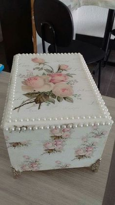Decoupage Box, Decoupage Vintage, Cigar Box Projects, Shabby Chic Accessories, Shabby Chic Crafts, Tea Box, Handmade Tags, Altered Boxes, Diy For Girls