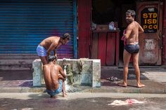 https://flic.kr/p/nQaeUe | Body wash in the streets of Kolkata, India. | An outdoor bathroom, at least for the male population, we never saw ladies having a shower in the streets.... Follow us on Twitter or Cookiesound