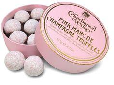 Charbonnel et Walker • ピンクシャンパン 口に広がるマールドシャンパーニュブランデーのガナッシュを甘酸っぱいストロベリー風味のチョコで包みました。 ブランドロゴの上に輝く冠は、「英国王室認定」のマーク。 その確かな味と信頼の、確固たる証拠となっています。 エリザベス女王のために毎週バッキンガム宮殿に献上されるチョコレートです。