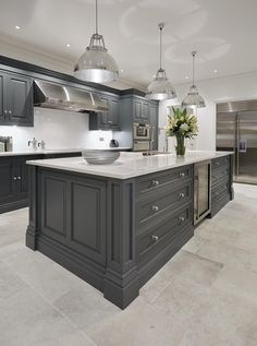grey kitchen interior Do you want to create an elegant kitchen design? You do not have to call a contractor to do so. In fact, designing your kitchen is about endless project. Elegant Kitchens, Grey Kitchens, Luxury Kitchens, Home Kitchens, Kitchens With Gray Cabinets, White Cabinets, Wood Cabinets, Custom Kitchens, Kitchen Cabinet Design